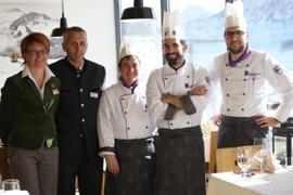 Bildtitel: Das Team rund um Küchenhef David Kostner freut sich über die Auszeichnung von Gault Millau.
